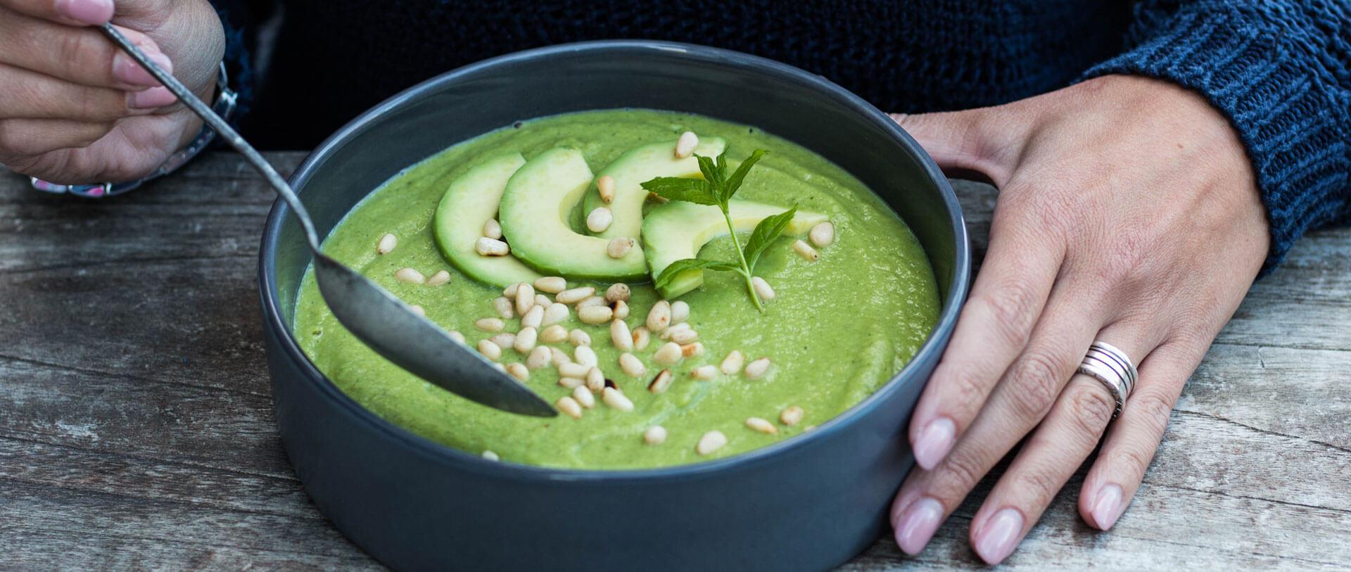 Brokkoli-Avocado-Suppe mit Minze und Pinienkernen