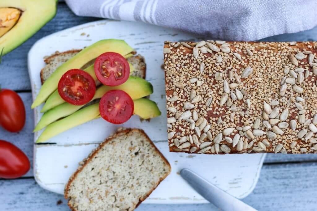 Quarkbrot ohne Mehl glutenfrei mit Mandeln und Chiasamen, belegt mit Avocado