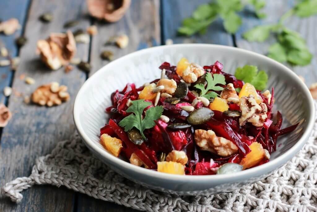 Ein frischer knackiger Detox Salat mit rotem Wintergemüse, Walnüssen und Granatapfelkernen