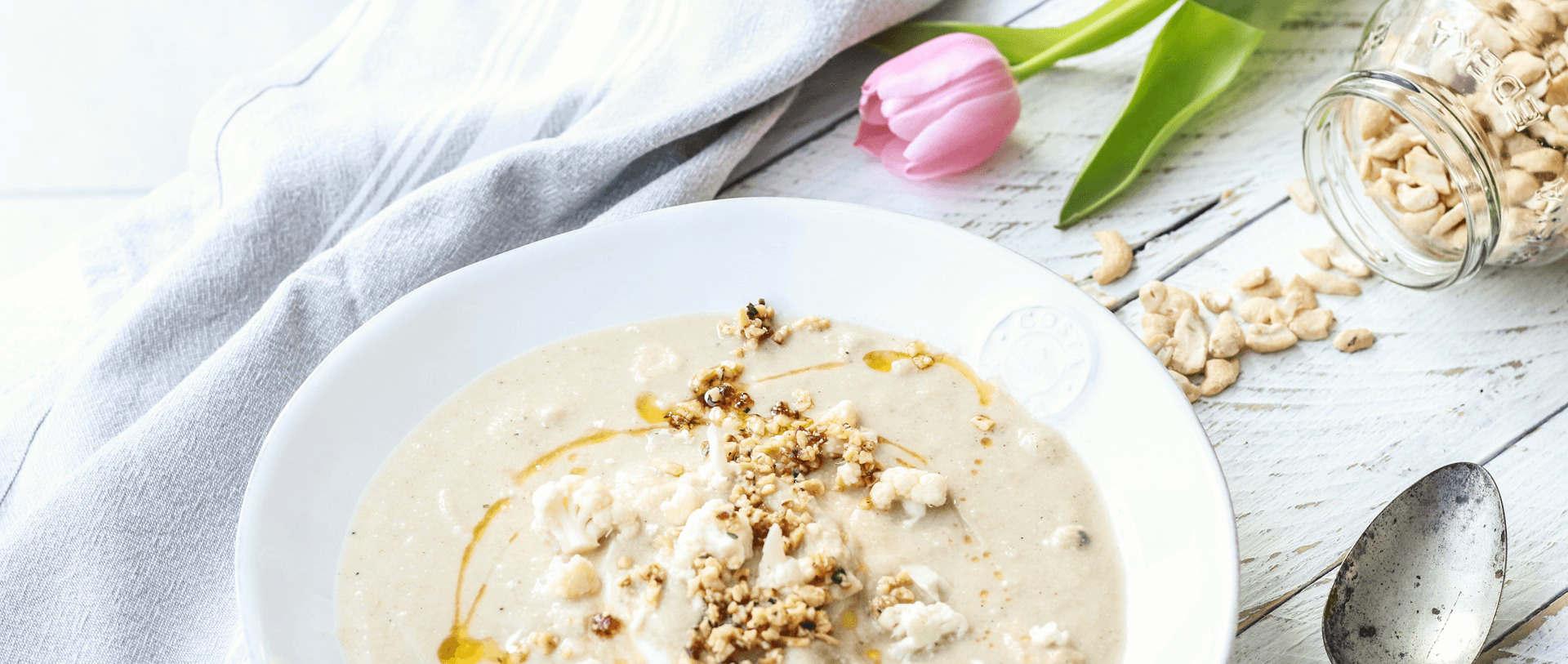 Blumenkohl-Cashew-Cremesuppe mit Apfel und Ingwer
