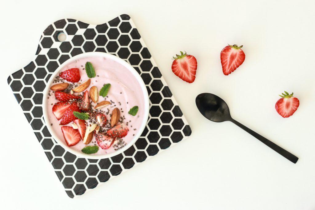 Cremig, fruchtig, vegan: Smoothie Bowl mit Erdbeeren und Mandeln