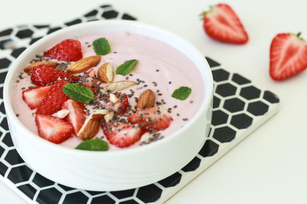 Cremig, fruchtig, lecker: Smoothie Bowl mit Erdbeeren und Mandeln