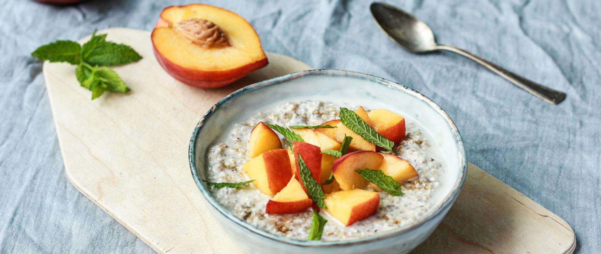 Gesundes Frühstück: Overnight Oats mit Pfirsich, Honig und Minze