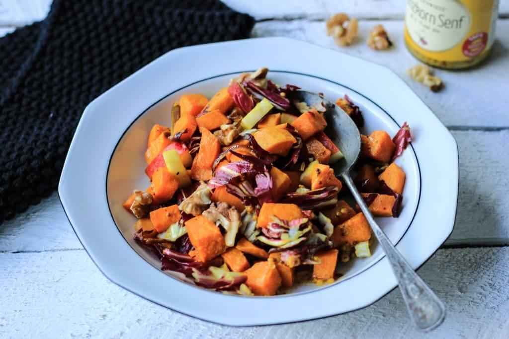Aus dem Ofen: Warmer Süßkartoffel-Radiccio-Salat mit Äpfeln und Walnüssen
