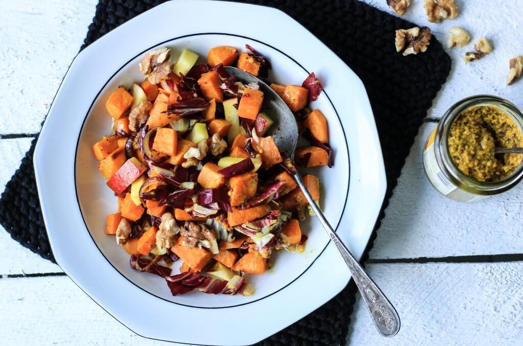 Winterlicher Warmer Süßkartoffel-Radiccio-Salat mit Äpfeln und Walnüssen