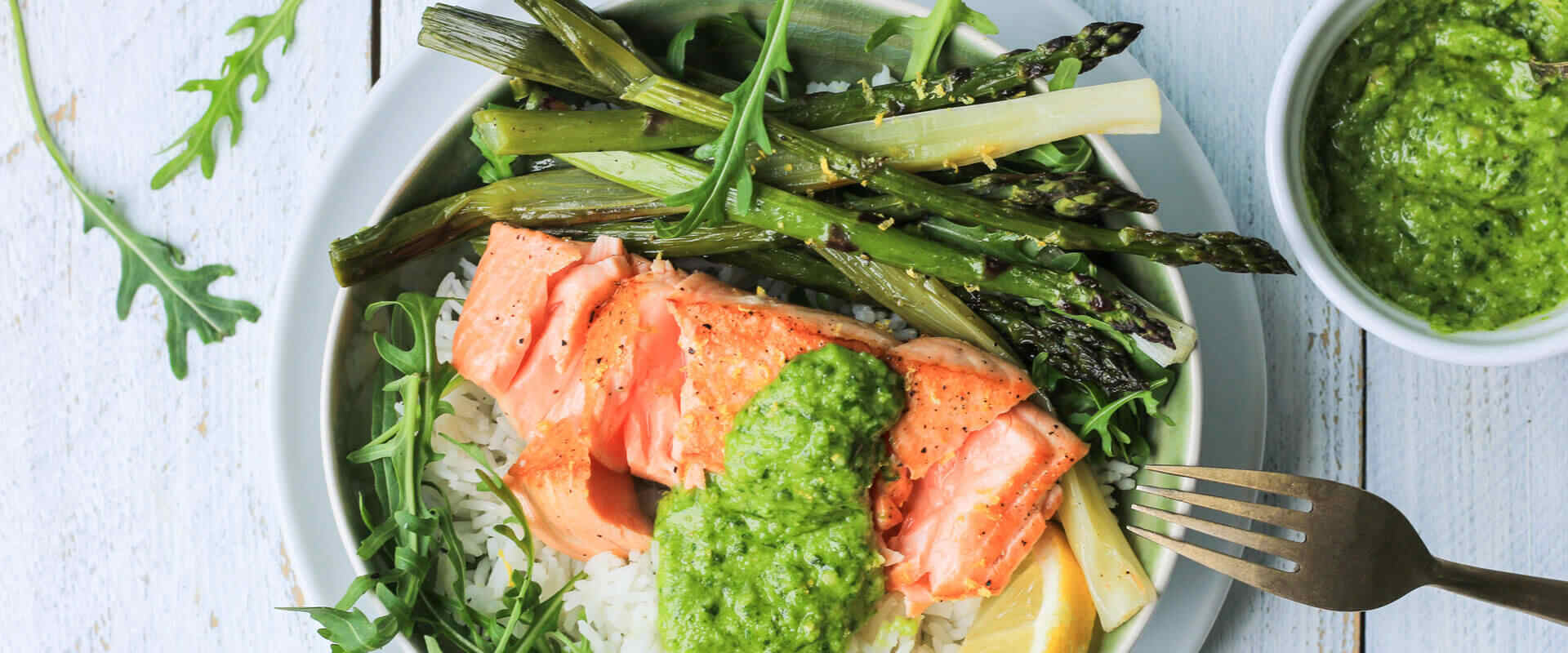 Grüner Spargel aus dem Ofen mit Lachs und Basilikum Pesto