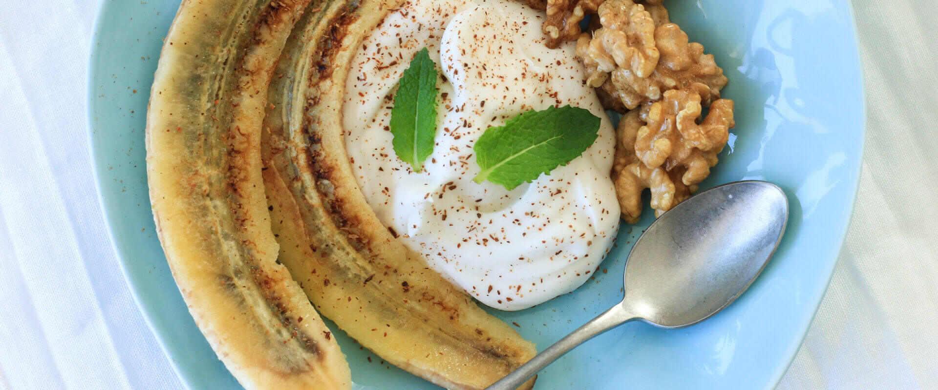 Bratbanane mit Joghurt und Nüssen