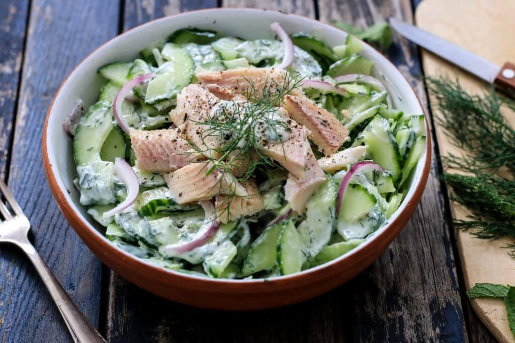 Low Carb und eiweißreich - Cremiger Gurkensalat mit Forellenfilet