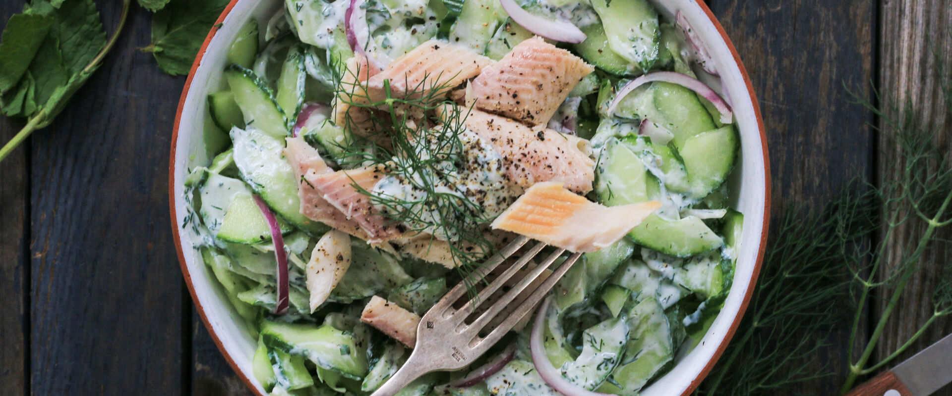 Einfach gemacht und lecker - Cremiger Gurkensalat mit Forellenfilet