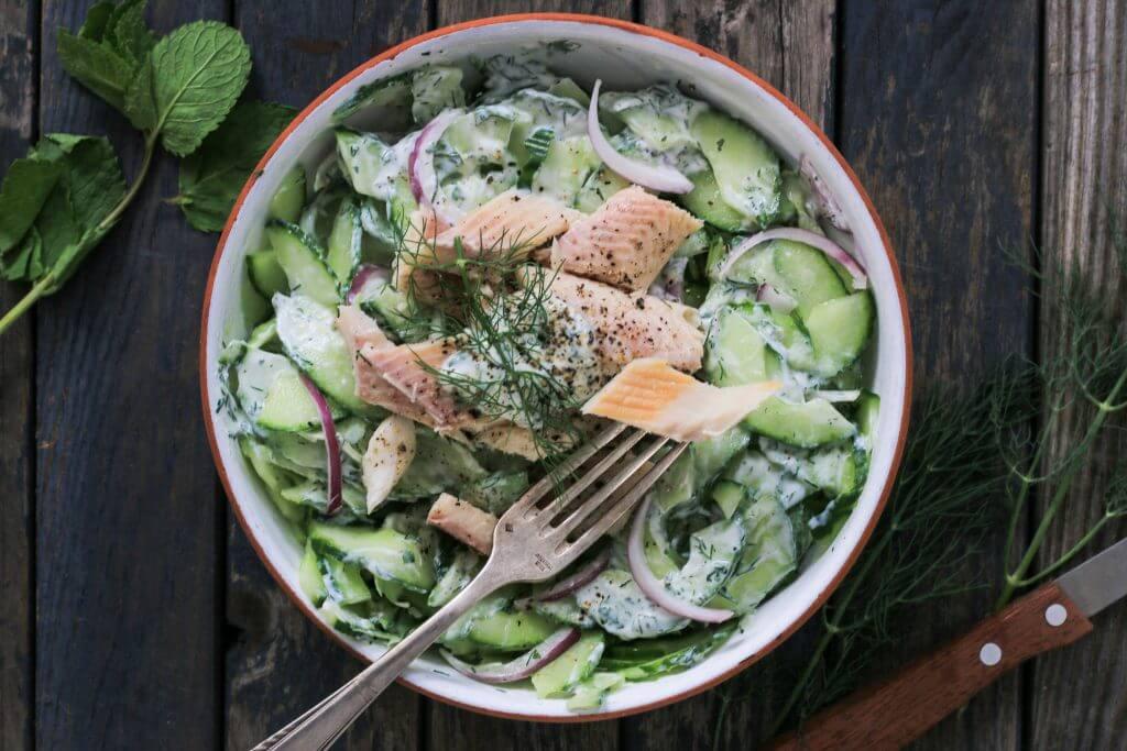 Low Carb Gericht - Cremiger Gurkensalat mit Forellenfilet