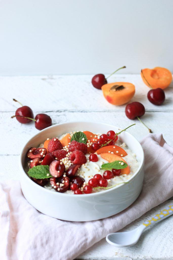 Sommerlicher Haferbrei - Quark Porridge mit Sommerfrüchten