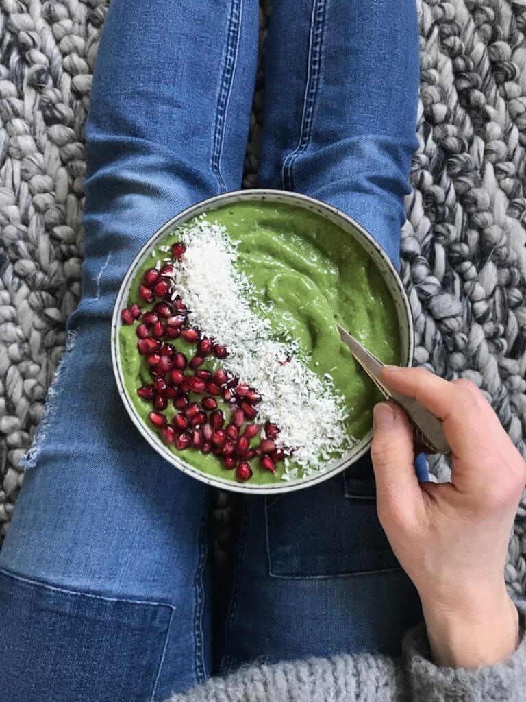 Green Smoothie Bowl - Gesundes sättigendes Detox Frühstück